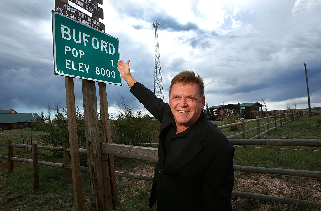 Don Sammons with the Buford population sign