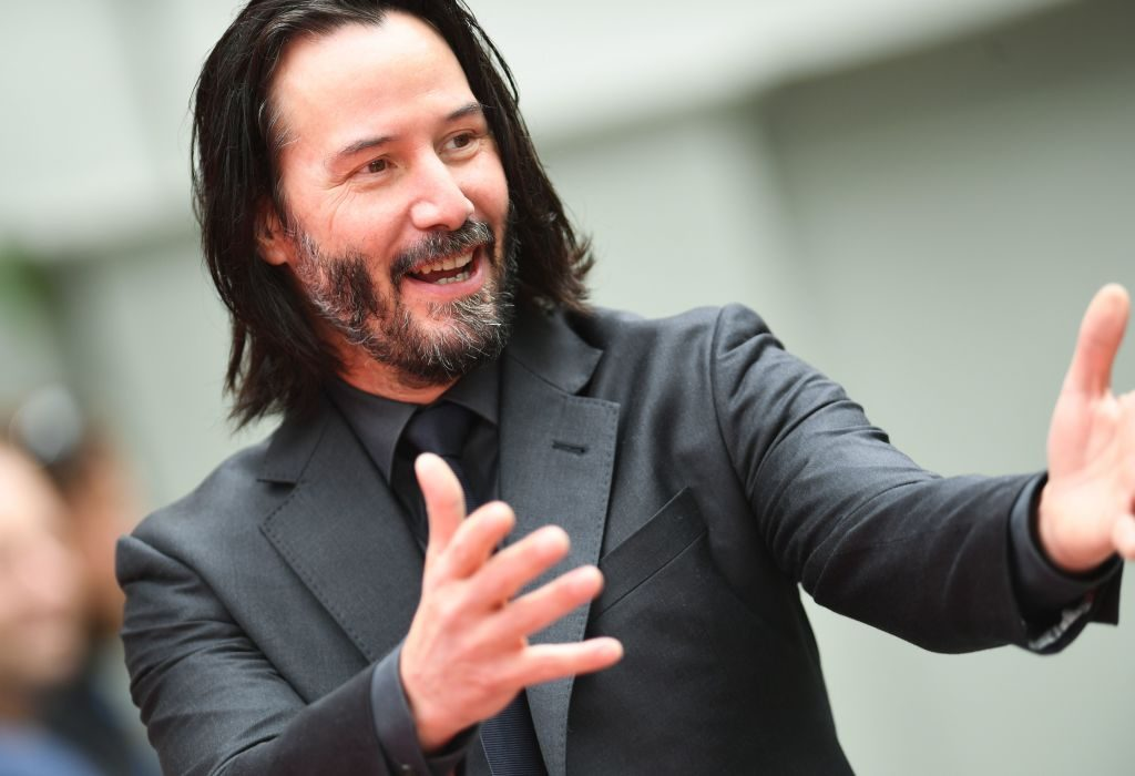 Keanu Reeves welcomes photographers and fans to his handprint ceremony.