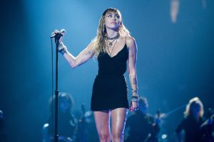Miley Cyrus Returns to the MTV VMA Stage with Her Song 'Slide Away'