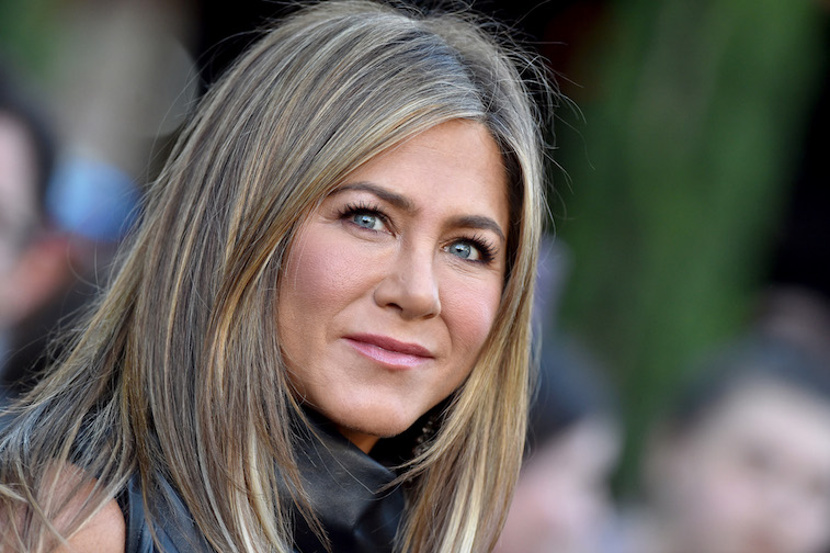 Jennifer Aniston and Reese Witherspoon re-enact an episode from Friends