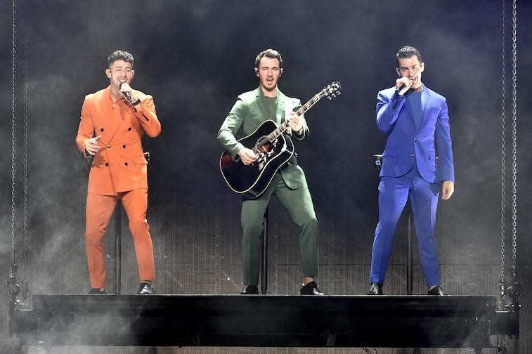 Les Jonas Brothers se produisent sur scène