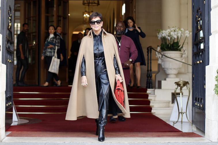Kris Jenner sale de un hotel