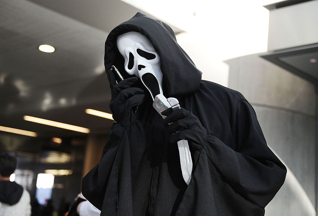 A Comic Con attendee poses as Ghostface from 'Scream'