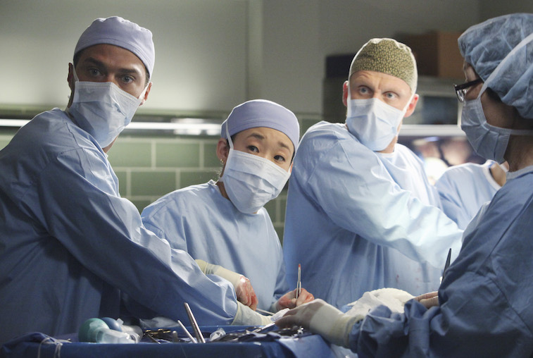Doctors performing surgery on Grey's Anatomy