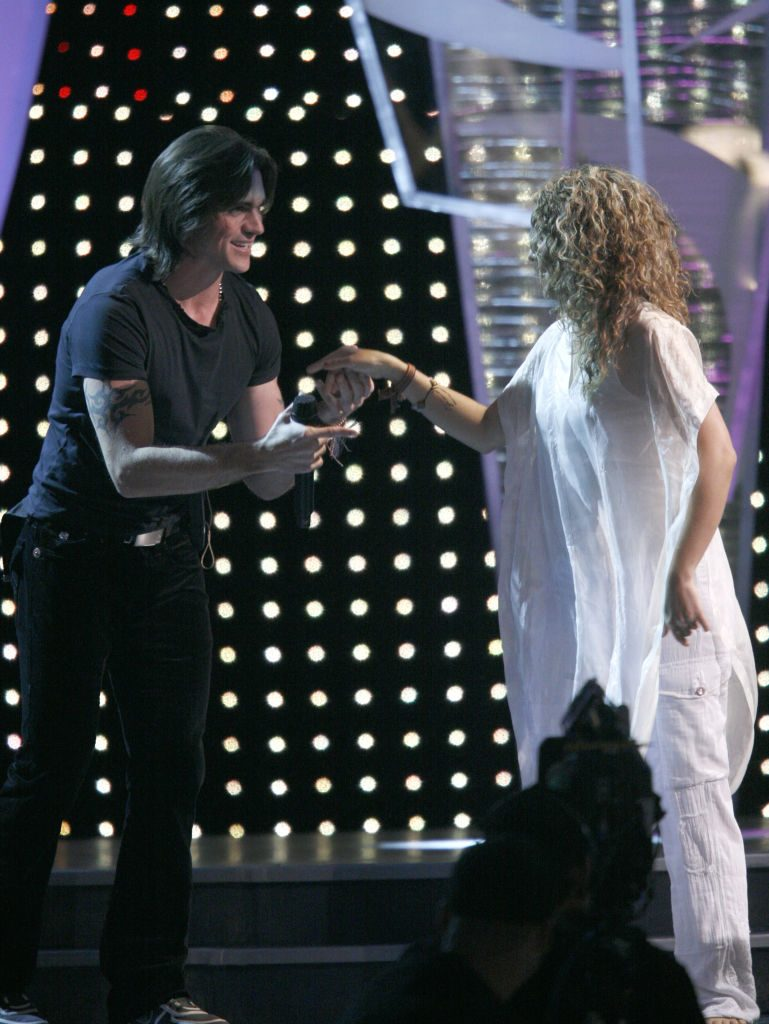 Colombian musical artists Juanes and Shakira at an awards show in 2006