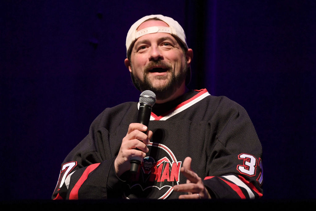 Kevin Smith speaking at a recording for his podcast.