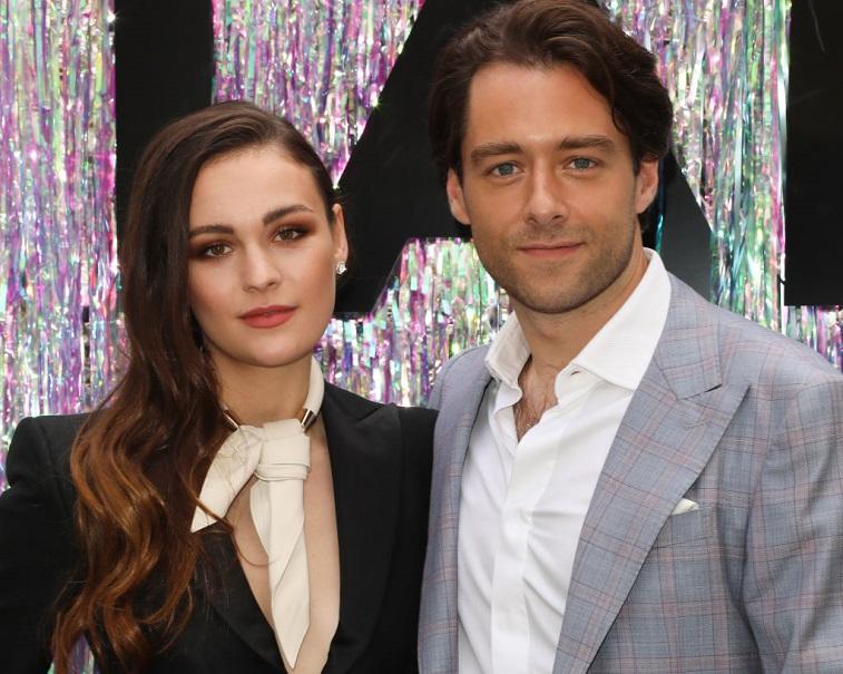 Sophie Skelton and Richard Rankin