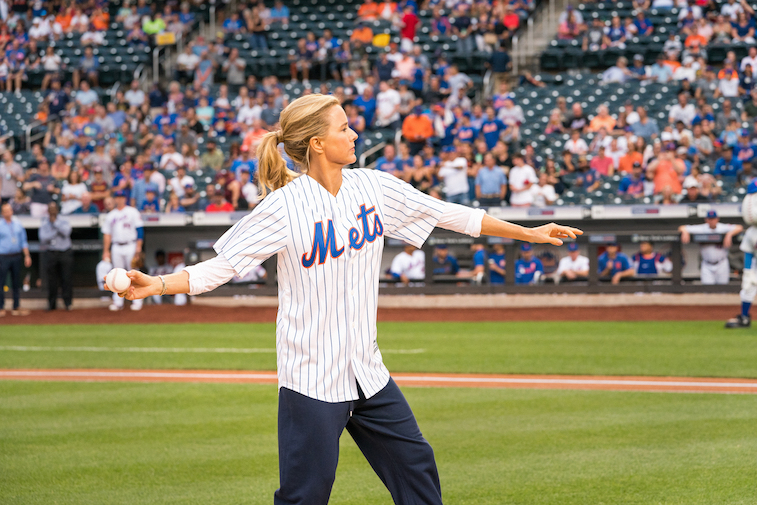 Tea Leoni throwing a baseball at a Mets game