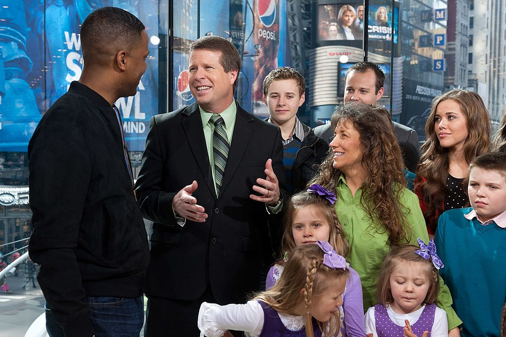 """AJ Calloway (L) interviews the Duggar family during their visit to """"Extra"""" at their New York studio"""