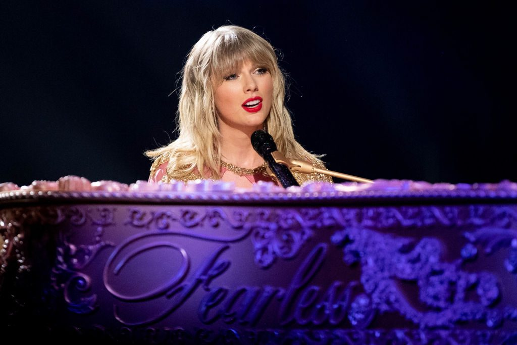 Taylor Swift announces new Christmas song