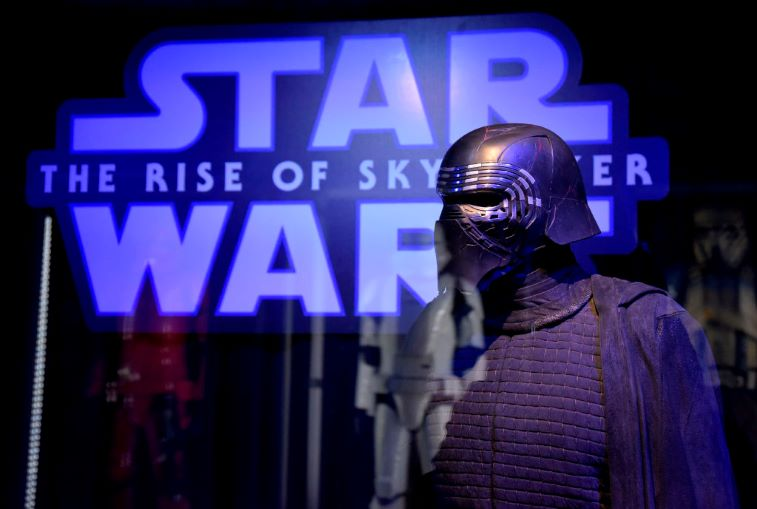 Star Wars The Rise Of Skywalker The 7 Most Outrageous Items Fans Use In Place Of A Light Saber For The Ben Solo Challenge