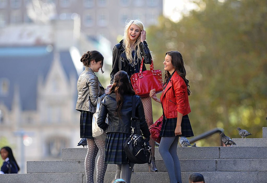 Taylor Momsen and other cast members of Gossip Girl on the streets of Manhattan, laughing
