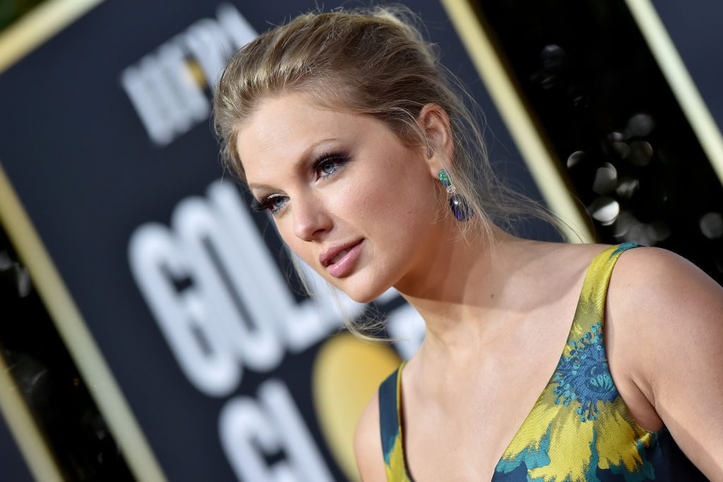 Taylor Swift poses at the 77th Annual Golden Globes