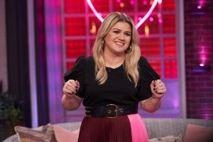 Kelly Clarkson Jokes About 'The Voice' Promo Saying It Looks Like She Got a 'Boob Job'