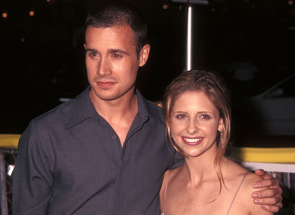 Freddie Prinze, Jr. and Sarah Michelle Gellar on the red carpet at a movie premiere in August 2001