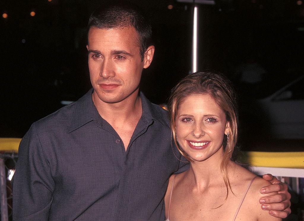 Freddie Prinze, Jr. and Sarah Michelle Gellar on the red carpet at a movie premiere in August 2001