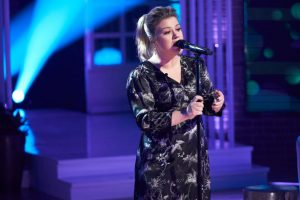 Kelly Clarkson Raves About Not Wearing Makeup in Self-Isolation