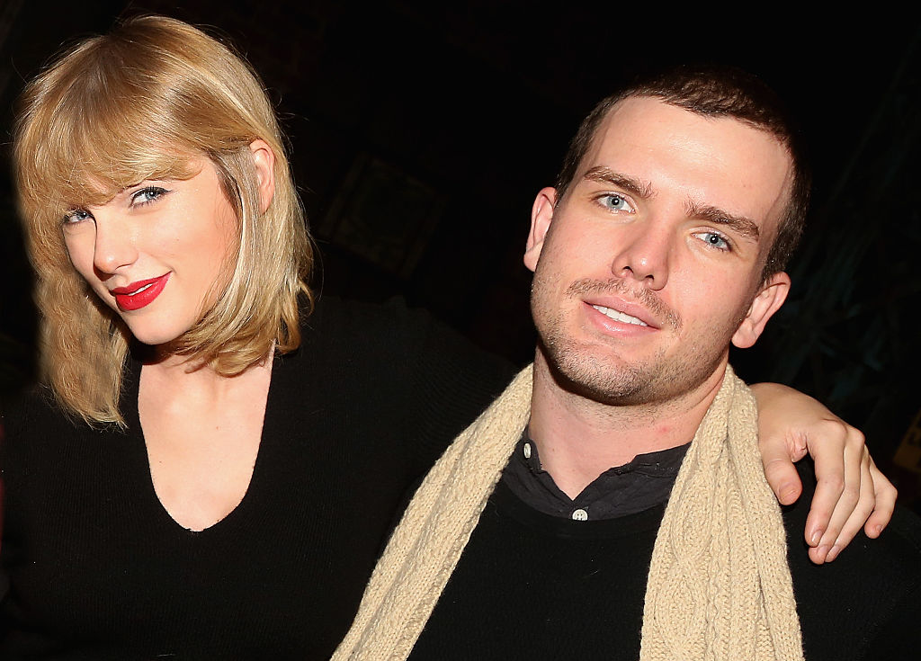 Taylor Swift and brother Austin Swift poses backstage with the cast at the hit musical 'Kinky Boots' on Broadway on November 23, 2016