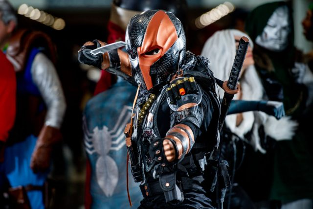 A fan cosplays as Deathstroke from the DC Universe