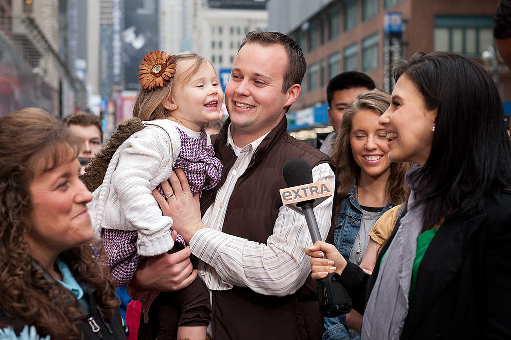 Hilaria Baldwin (R) interviews Josh Duggar and his daughter during their visit with 'Extra'
