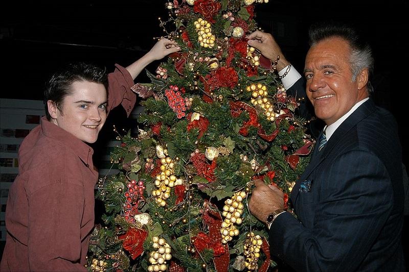 Robert Iler and Tony Sirico trim a Christmas tree