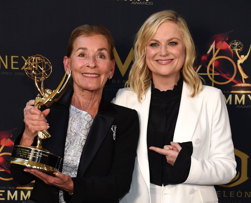 Judge Judy Sheindlin poses with her 2019 Lifetime Achievement Award and Amy Poehler at the 2019 Daytime Emmys