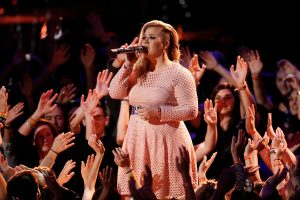 """Kelly Clarkson Talks Body Image, Says 'at My Heaviest Point, I Was Hired to Be on 'The Voice"""""""