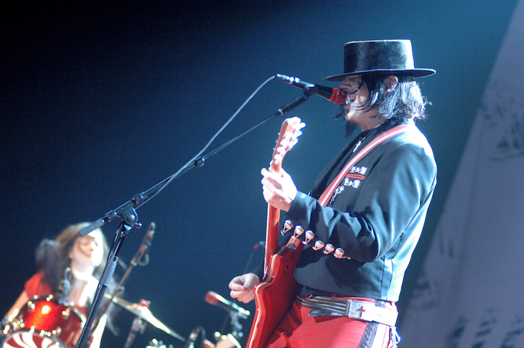 Jack White and Meg White perform onstage