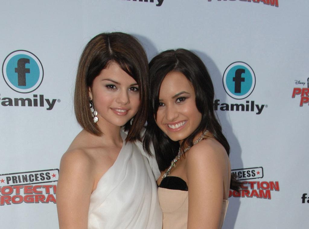 Selena Gomez y Demi Lovato asisten al estreno de la alfombra roja para el 'Programa de protección de princesas' de Disney en el Queen Elizabeth Theatre el 18 de junio de 2009 en Toronto, Canadá.