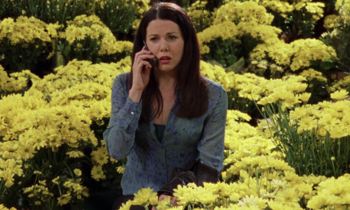 Lauren Graham as Lorelai Gilmore in 'Gilmore Girls' surrounded by daisies