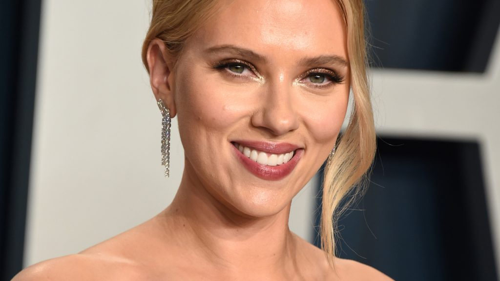 Scarlett Johansson attends the 2020 Vanity Fair Oscar Party hosted by Radhika Jones on February 9, 2020 at the Wallis Annenberg Center for the Performing Arts in Beverly Hills, California.