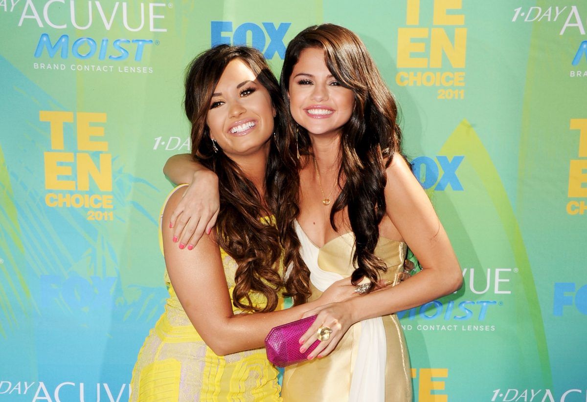 Demi Lovato (L) and Selena Gomez arrive at the 2011 Teen Choice Awards on August 7, 2011 in Universal City, California.