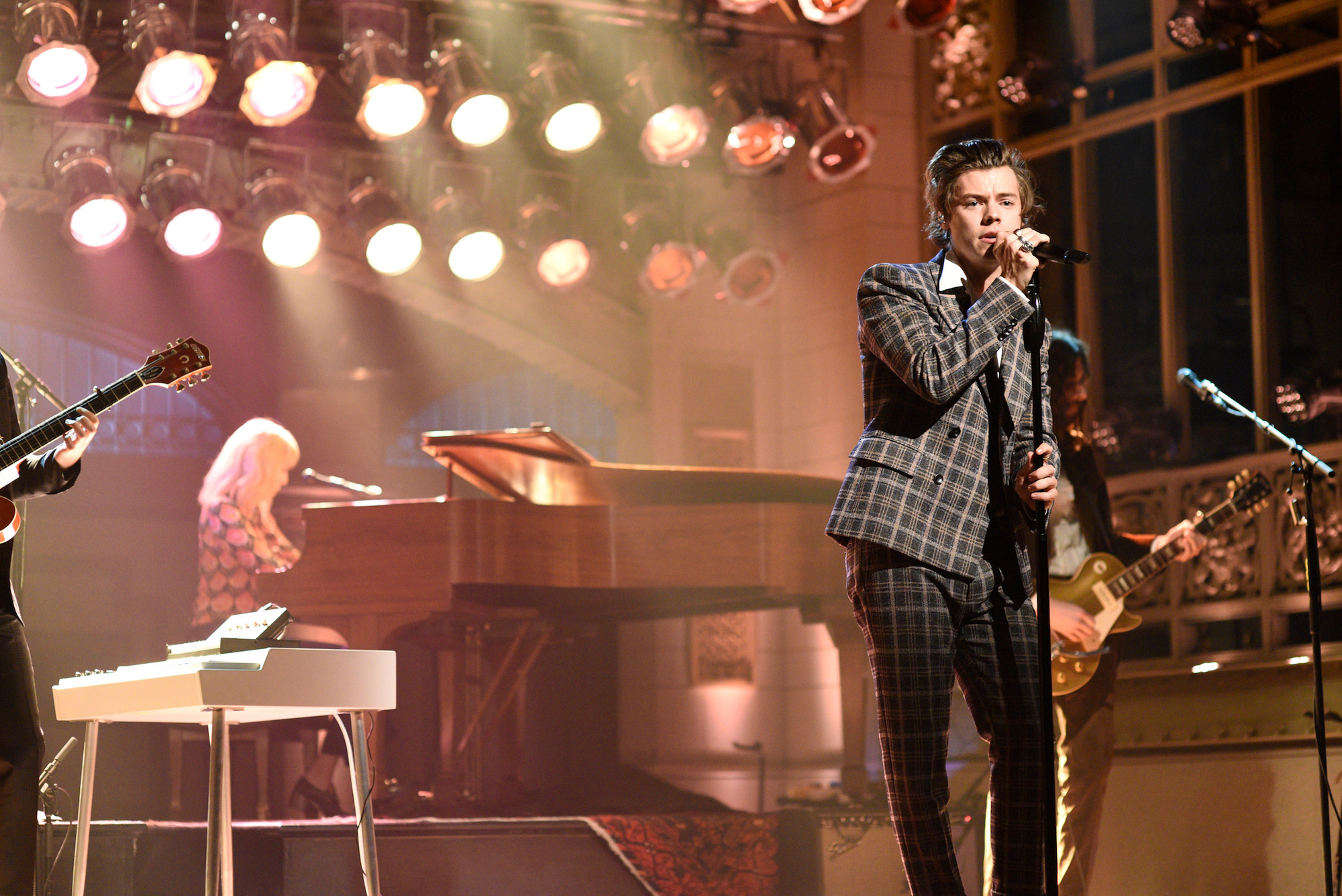 "Harry Styles performed ""Sign of the Times"" on Jimmy Fallon's episode of 'Saturday Night Live' on April 15, 2017"