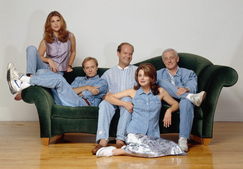 (l-r) Peri Gilpin as Roz Doyle, David Hyde Pierce as Dr. Niles Crane, Kelsey Grammer as Dr. Frasier Crane, Jane Leeves as Daphne Moon, John Mahoney as Martin Crane posed on and around a green sofa