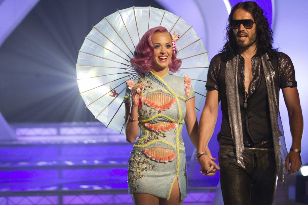 Singer Katy Perry (L) and actor Russell Brand arrive at the 2011 MTV Video Music Awards