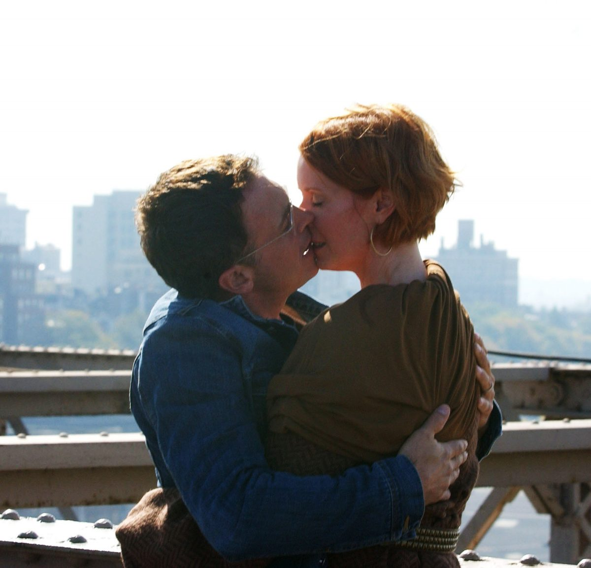 NEW YORK - OCTOBER 22: (ITALY OUT; NY DAILY NEWS, NEWSDAY OUT) Cynthia Nixon and David Eigenberg appear on the Brooklyn Bridge during filming for 'Sex and the City: The Movie'