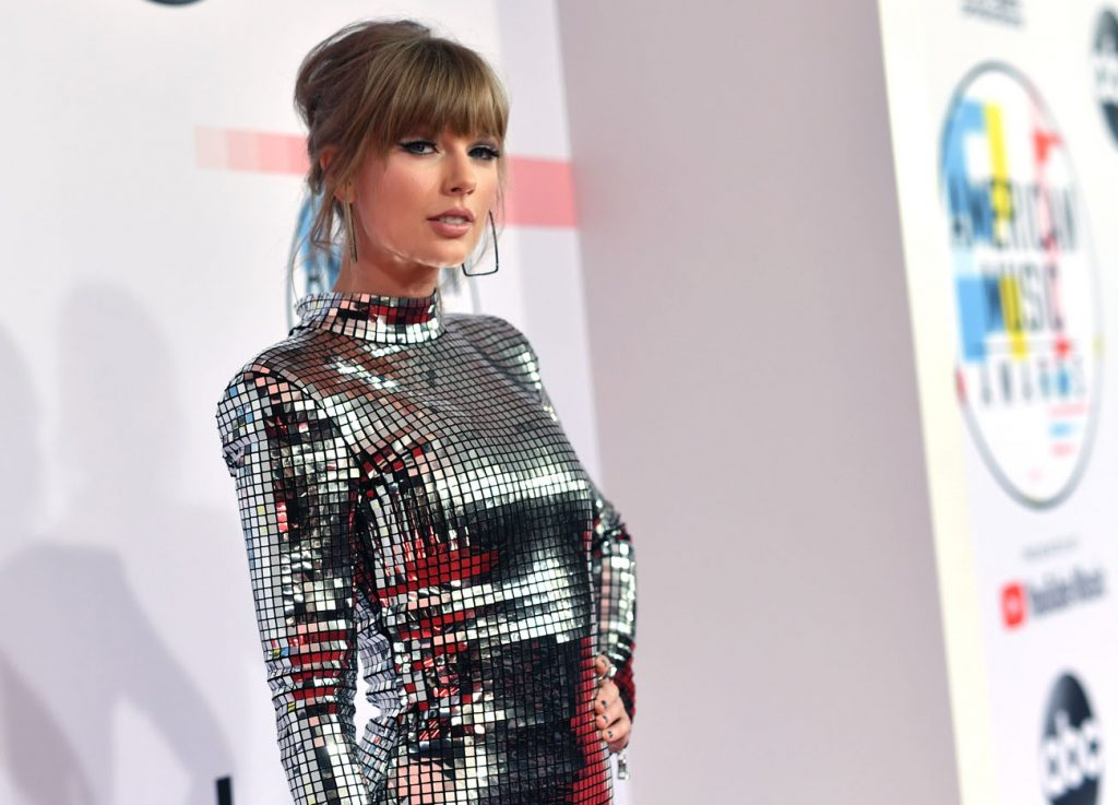 Taylor Swift Returns To Country Radio With