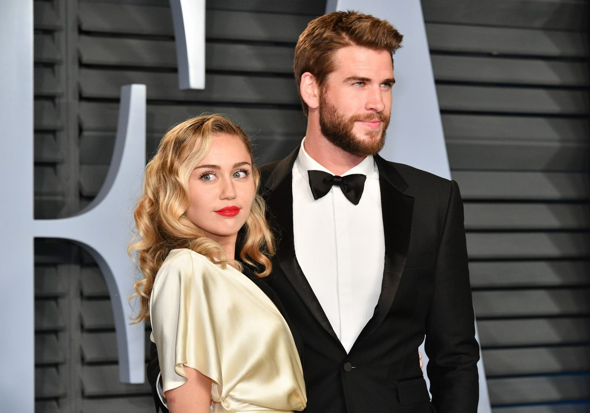 Miley Cyrus (L) and Liam Hemsworth attend the 2018 Vanity Fair Oscar Party on March 4, 2018 in Beverly Hills, California.