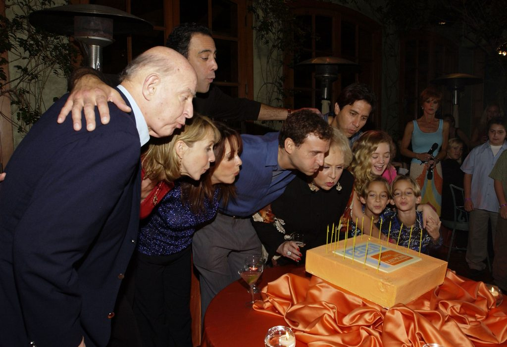 Phil Rosenthal (in blue) and the cast of 'Everybody Loves Raymond' celebrating the show's 200th episode in 2004