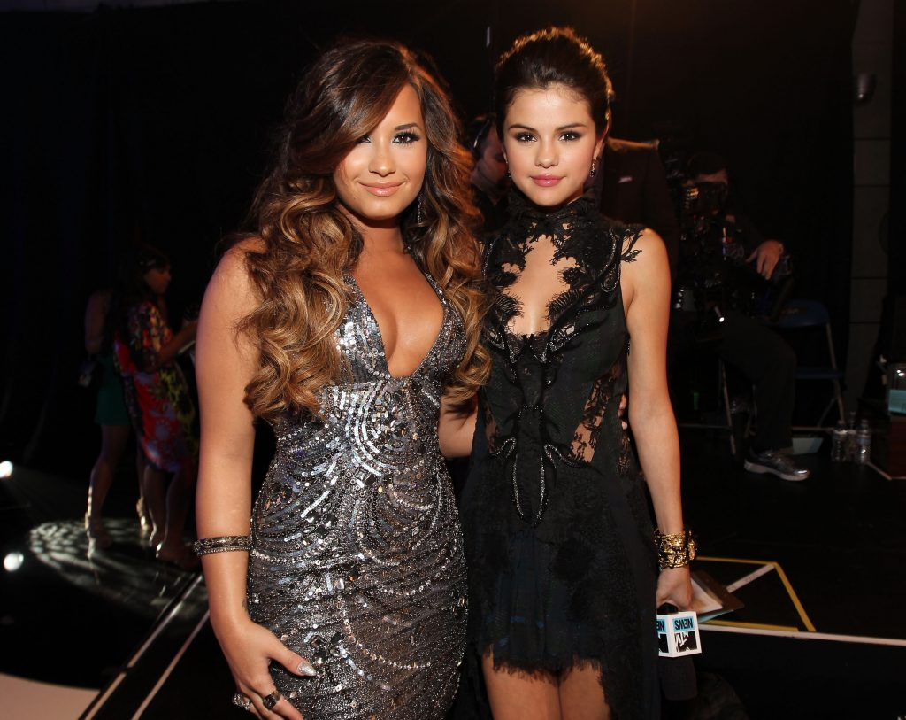 Demi Lovato (L) and Selena Gomez arrive at the 2011 MTV Video Music Awards on August 28, 2011 in Los Angeles, California.