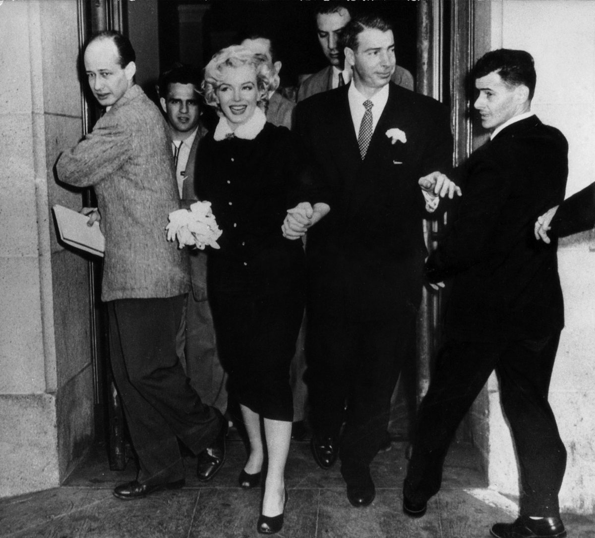 Marilyn Monroe leaves courthouse With Joe Dimaggio