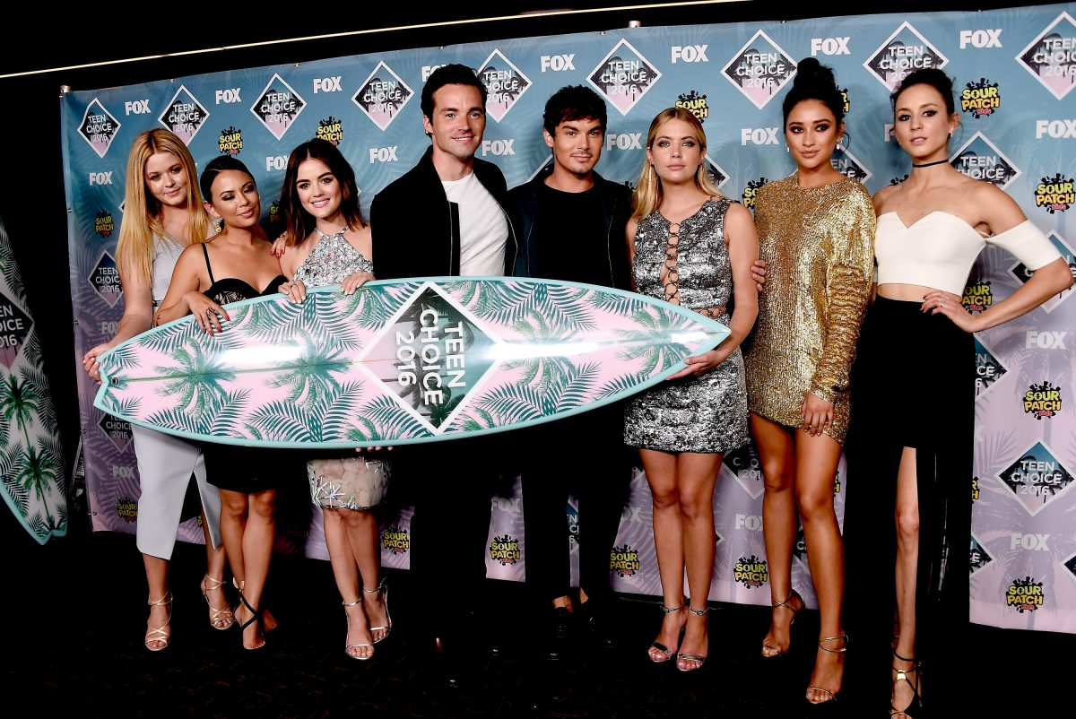 (L-R) Sasha Pieterse, Janel Parrish, Lucy Hale, Ian Harding, Tyler Blackburn, Ashley Benson, Shay Mitchell and Troian Bellisario pose with the award for Choice TV Show: Drama for 'Pretty Little Liars' at the Teen Choice Awards 2016