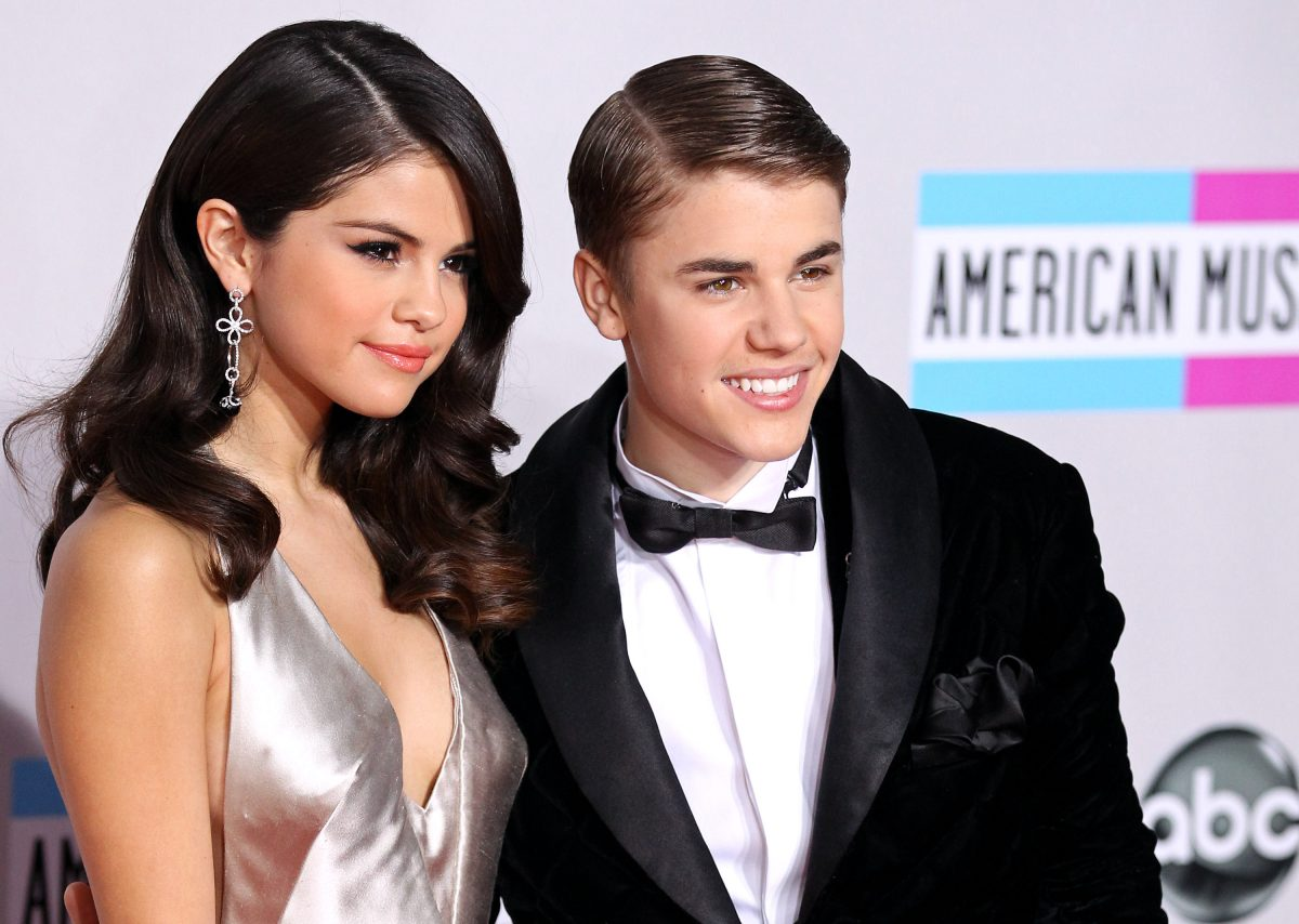 Selena Gomez and Justin Bieber arrive at the 2011 American Music Awards on November 20, 2011 in Los Angeles, California.