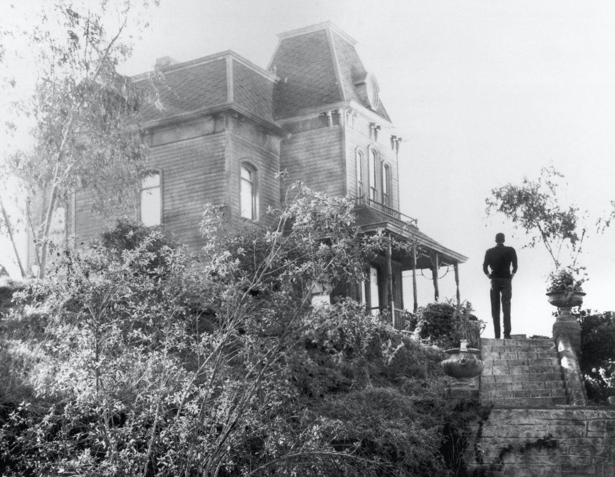 Norman Bates (Anthony Perkins) approaching the motel