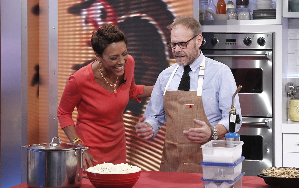 Alton Brown prepares for Thanksgiving on 'Good Morning America'