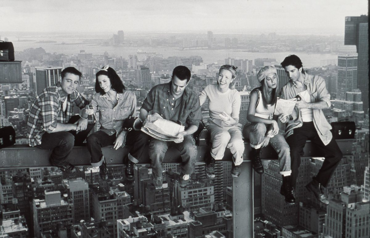 Matthew Perry, Jennifer Aniston, Courteney Cox, Matt Le Blanc, Lisa Kudrow, and David Schwimmer in promotional photos for 'Friends'