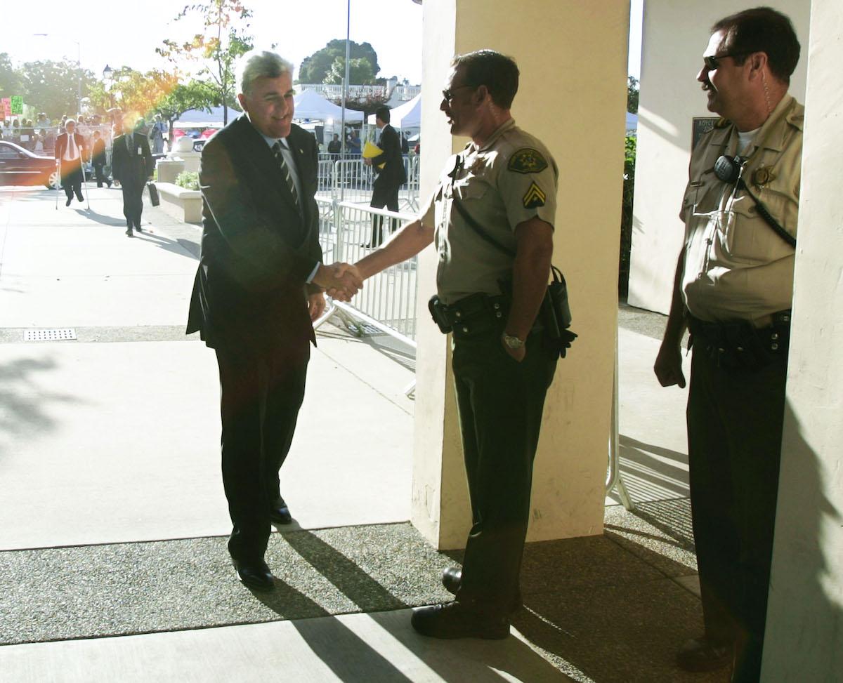 Jay Leno shakes hands with Santa Barbara County Deputy