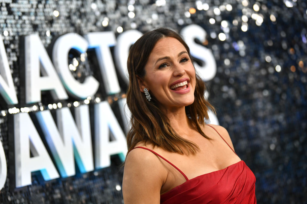 Jennifer Garner smiling in front of a mirrored wall