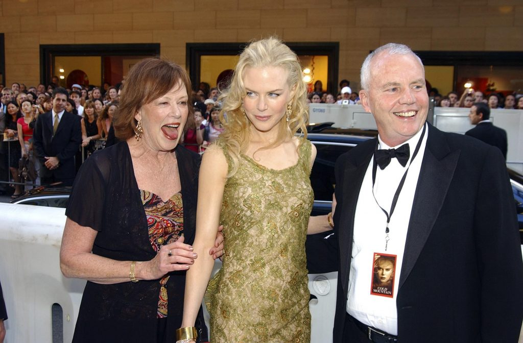 (L-R) Janelle Kidman, actress Nicole Kidman, and her father Antony Kidman arrive for the Australian premiere of the film 'Cold Mountain'