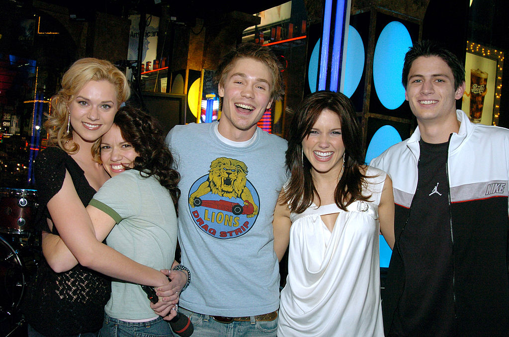 (L-R) Hilarie Burton, Bethany Joy Lenz, Chad Michael Murray, Sophia Bush, and James Lafferty smiling